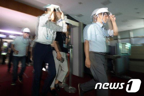 [사진]'지진 대피훈련, 신속 안전하게'