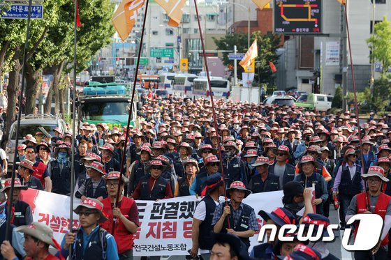 [사진]포괄임금 폐지 요구하며 행진하는 건설노동자
