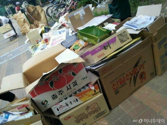 모 아파트 단지에서 종이류 쓰레기를 분리 배출하고 있는 모습.