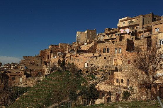 성채처럼 높고 튼튼하게 지은 마르딘 구시가지의 집들.