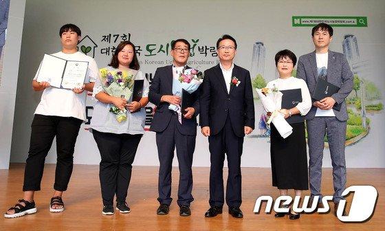 [사진]생활원예 중앙 경진대회 수상자들과 함께