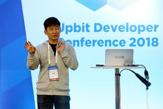 한재선 그라운드X 대표가 13일 제주국제컨벤션센터(ICC JEJU)에서 열린 '업비트 개발자 컨퍼런스 2018(Upbit Developer Conference 2018·UDC 2018)' 에서 발표하고 있다. / 사진제공=두나무