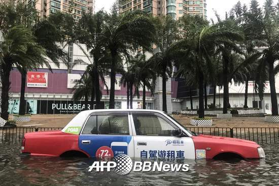 16일 홍콩의 한 택시가 태풍 망쿳이 뿌린 폭우로 인해 물에 잠겨 있다. /AFPBBNews=뉴스1