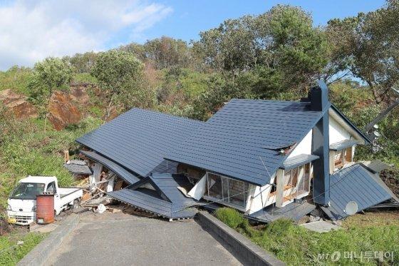 6일 진도 6.7의 강진이 발생한 홋카이도 아쓰마 마을에 산사태로 파괴된 가옥의 모습. © AFP=뉴스1