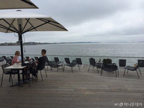 발트 해를 끼고 있는 헬싱키는 한적한 도시의 상징이다. 해안 곳곳에 마련된 카페와 레스토랑에는 북적거림 대신 한적한 표정의 사람들이 영화 한 장면처럼 묘사되기 일쑤다. 사람들의 대화는 대개 조용한 분위기에서 이뤄진다. /헬싱키(핀란드)=김고금평 기자<br />