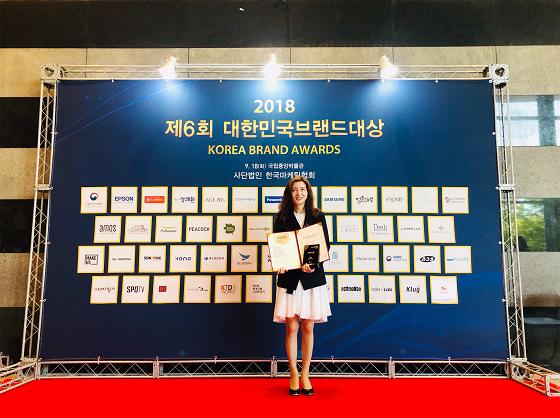 박애란 탐라타마누 대표가 '2018년 대한민국 브랜드대상'을 수상을 하고 기념 촬영 중이다/사진제공=탐라타마누<br />