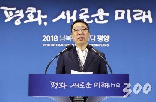 윤영찬 청와대 국민소통수석이 2018 남북정상회담 첫 날인 18일 오전 서울 중구 DDP 메인프레스센터에서 브리핑하고 있다.