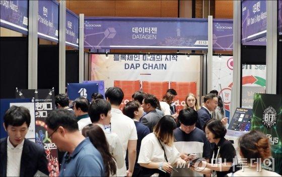 참관객들로 붐뷔는 '블록체인 서울 2018' 부스. /사진=김창현 기자.