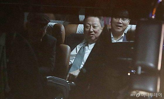 남북정상회담 특별수행원 자격으로 방북했던 박용만 대한상공회의소 회장이 20일 오후 서울 종로구 경복궁주차장으로 도착하고 있다. /사진=뉴시스