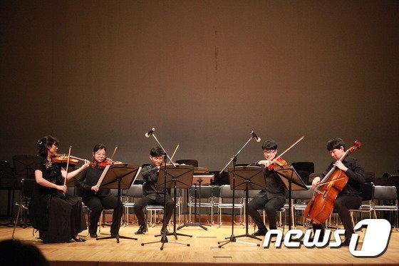 서울대청중 학생들이 지난해 열린 '빈곤아동 돕기 자선음악회'에서 바이올린·첼로 연주를 선보이고 있다. © News1