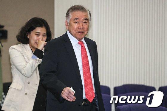 [사진]북핵 관련 강연 참석하는 문정인