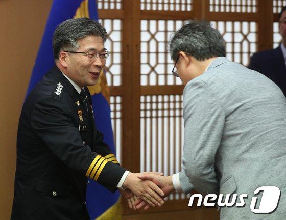 [사진]인사나누는 민갑룡 경찰청장