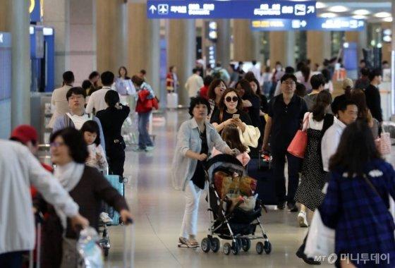 【인천공항=뉴시스】박주성 기자 = 추석 연휴 마지막 날인 26일 오후 인천국제공항 제1터미널 입국장으로 여행객들이 귀국하고 있다.    인천국제공항공사는 추석 연휴 최대인 118만여 명의 여행객이 인천공항을 이용하고, 금일 11만여 명이 귀국할 것으로 예상했다. 2018.09.26.   park7691@newsis.com  <저작권자ⓒ 공감언론 뉴시스통신사. 무단전재-재배포 금지.>