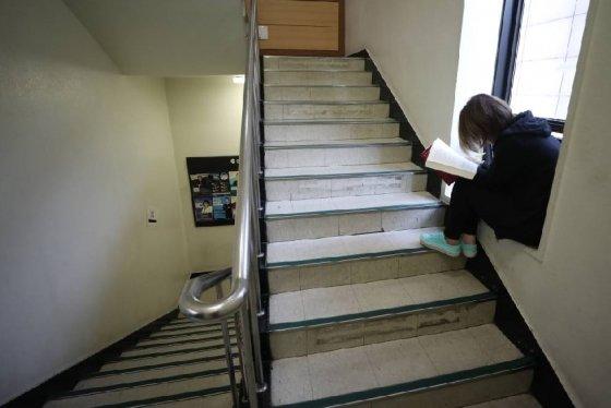 민족 최대 명절 추석인 4일 오후 서울의 한 공무원 고시학원 복도에서 취업준비생이 공부를 하고 있다./사진=뉴스1