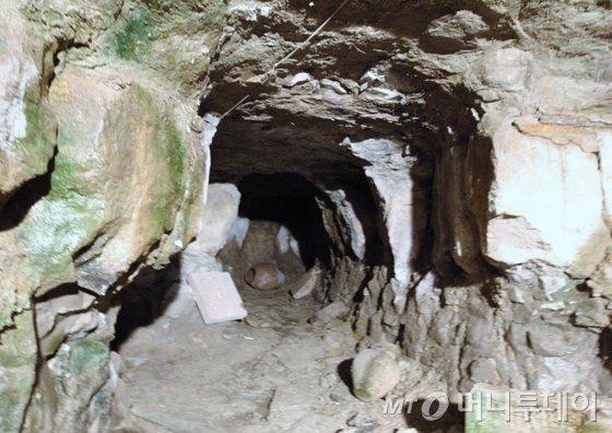 동굴 내부. 항아리들이 굴러다니고 있다./사진=이호준 여행작가