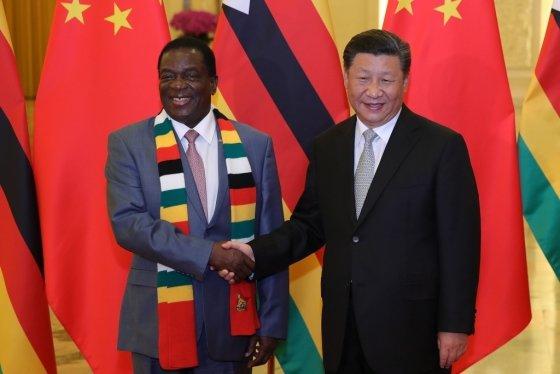 지난달 5일 중국 베이징에서 열린 '중국-아프리카 협력포럼' 후 시진핑 중국 국가주석이 에머슨 음낭가과 짐바브웨가 악수를 나누고 있다. /AFPBBNews=뉴스1