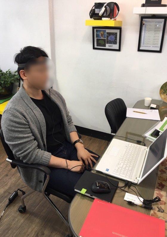 한국뇌과학연구소 협조로 '뇌파검사'를 하는 기자. 머리띠에 붙은 전극을 통해, 뇌파가 실시간으로 그려졌다./사진=한국뇌과학연구소