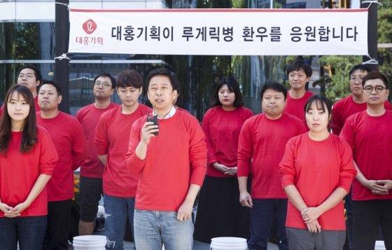 19일 이갑 대홍기획 대표와 임직원들이 루게릭병 환우를 돕는 '아이스버킷 챌린지'에 동참했다. / 사진제공=대홍기획