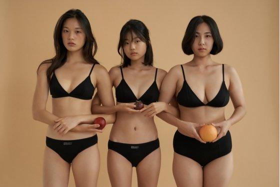 속옷 브랜드 '비브비브' 화보 속 박이슬씨(오른쪽)의 모습. /사진=비브비브