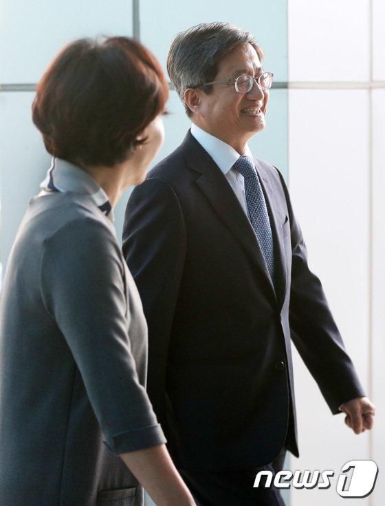 [사진]김정숙 안양지원장과 대화하는 김명수 대법원장