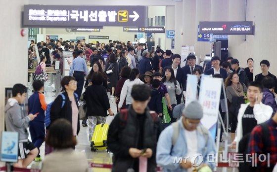 제주공항이 국내선 노선을 이용하는 승객들로 붐비고 있다./사진=뉴스1