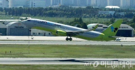 국토교통부가 진에어에 대한 면허취소를 하지 않기로 결정한 지난 8월 17일 오후 진에어 소속 항공기가 서울 강서구 김포공항 활주로를 이륙하고 있다./사진제공=뉴시스