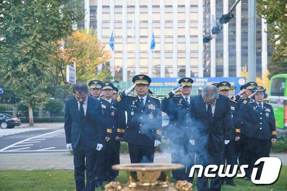 [사진]'경찰의 날' 맞아 경찰기념공원 참배하는 민갑룡 청장