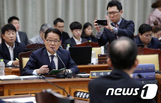 [사진][국감] 양승태 전 대법원장 수사 촉구하는 박지원 의원