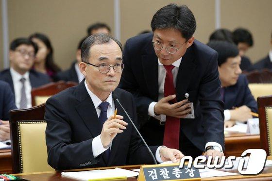 [사진][국감] 오인서 공안부장과 대화하는 문무일 총장