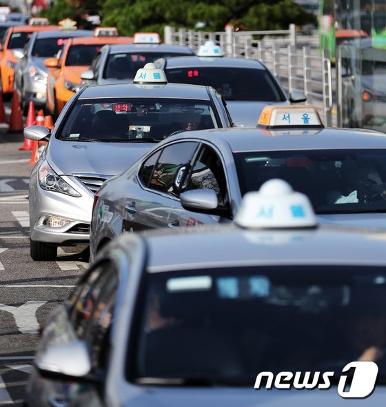 [사진]줄 지어 기다리는 택시들