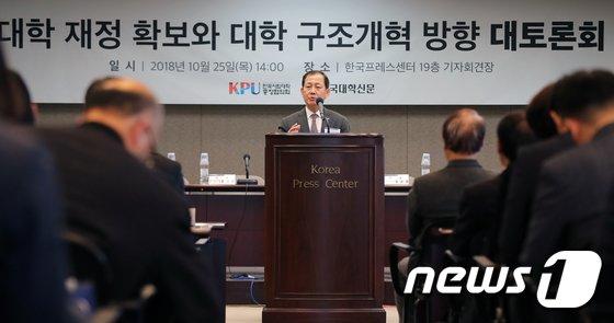 [사진]인사말하는 김인철 사립대총장협의회장