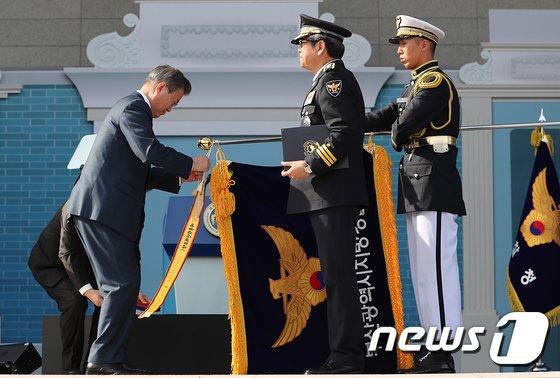 [사진]경찰의 날 유공 포상하는 문재인 대통령