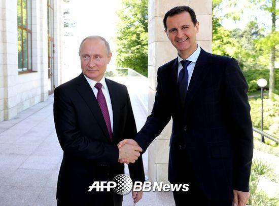 지난 5월17일, 푸틴 러시아 대통령(왼쪽)과 바샤르 알 아사드 시리아 대통령이 소치에서 만나 회담을 가졌다. /AFPBBNews=뉴스1