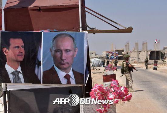 지난 8월20일, 시리아 정부군이 바샤르 알 아사드 시리아 대통령(왼쪽)과 푸틴 러시아 대통령의 사진을 걸어둔 모습. /AFPBBNews=뉴스1