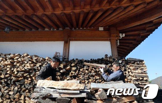 [사진]한옥마을 월동용 장작 쌓기