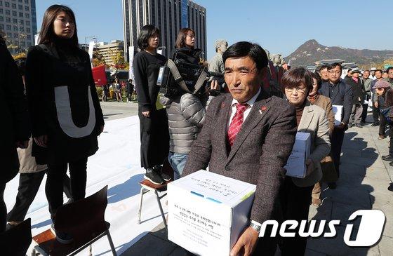 [사진]美 대사관에 '제주4·3 책임 촉구' 10만인 서명 전달