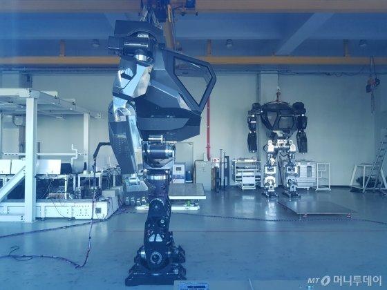 한국미래기술이 제작한 직립보행 로봇/사진=김영상 기자