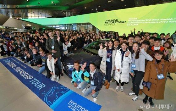 현대자동차그룹이 한국 문화를 알리고 자동차 산업의 이해를 돕기 위해 마련한 '2018 글로벌 프렌드십 투어'에 참여한 외국인 유학생 170명이 31일 경기도 일산에 있는 현대차 브랜드 체험관(현대모터스튜디오 고양)을 방문해 기념촬영을 하고 있다. /사진제공=현대차그룹
