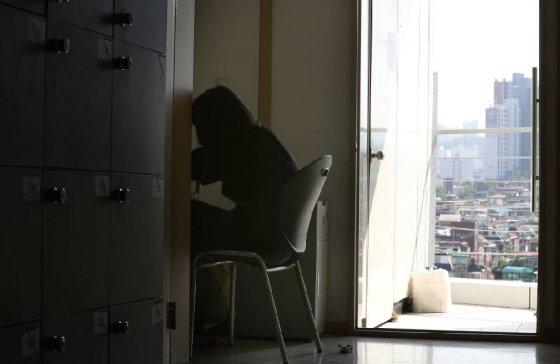 취업준비생들에게는 매일매일 무너지고, 그럼에도 매순간 다시 일으켜 세우는 게 인생에선 가장 큰 도전이다. 그 마음을 담아 자소서를 써서 알린 것만으로도 큰 위로를 받고 눈물을 흘렸다는 취준생들이 많았다./사진=뉴스1
