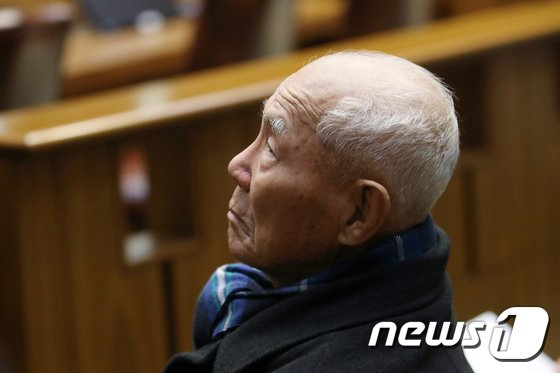 일제 강제징용 피해자 중 유일 생존자인 이춘식할아버지(94)가 30일 오후 서울 서초동 대법원에서 열린 전원합의체에서 생각에 잠겨 있다. 2018.10.30/뉴스1 © News1 안은나 기자