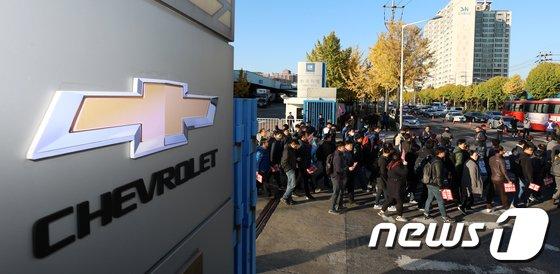 [사진]공장 나서는 한국지엠 노조원들