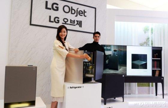 1일 서울 강남구 논현동 모스 스튜디오에서 열린 프리미엄 프라이빗 가전 'LG 오브제' 론칭 행사에서 LG전자 HE사업본부장 권봉석 사장이 LG 오브제 제품에 대해 설명하고 있다/사진제공=LG전자