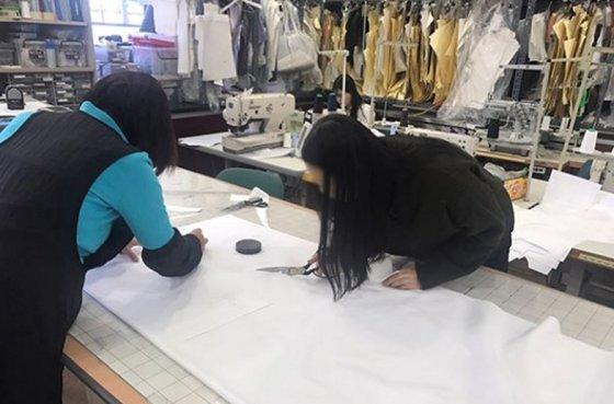수원여대 패션디자인과 재학생들이 학교기업 패션디자인실용화센터에서 연계 테크니컬디자이너 직무 실습을 받는 모습