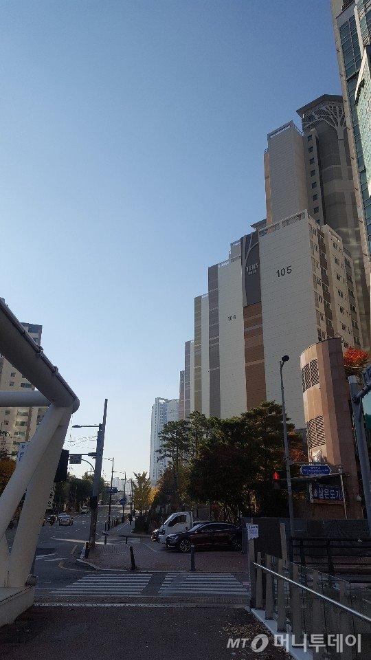 청계천에서 본 텐즈힐 아파트. 텐즈힐 뒷편으로 센트라스 아파트가 보인다. /사진=송선옥 기자