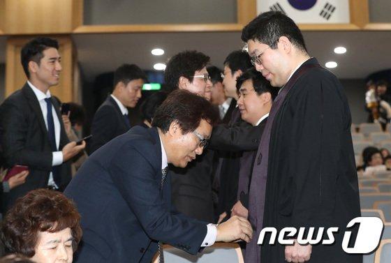 [사진]신임 법관들 법복 착용