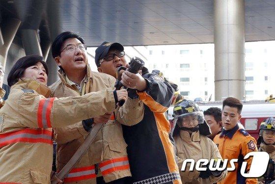 [사진]화재진압 훈련 참가한 박성수 송파구청장