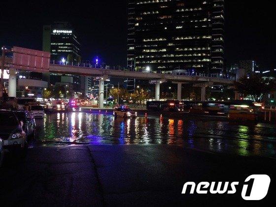 1일 오후 상수도관 누수로 인해 서울역 앞 도로에 물이 들이차 있다. 2018.11.01/뉴스1 © News1 박주평 기자