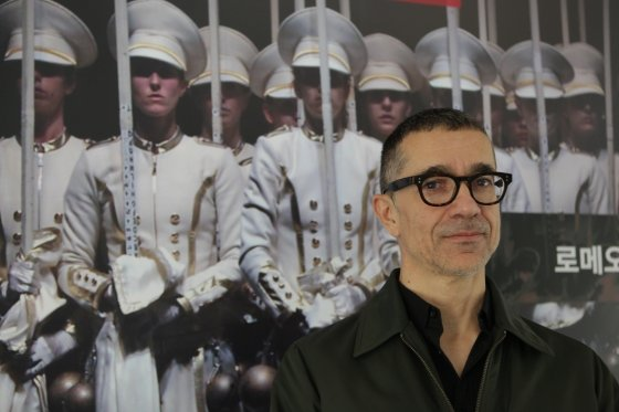 2일 성남아트센터에서 열린 라운드 인터뷰에서 세계적 전위공연 연출가 로메오 카스텔루치가 공연 '미국의 민주주의' 포스터 앞에서 포즈를 취하고 있다. /사진 제공=성남아트센터