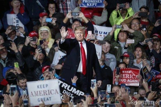 도널드 트럼프 미국 대통령이 12일(현지시간) 오하이오 주 레바넌에서 중간선거 지원 연설을 하기 전 손을 흔들고 있다.사진=레바넌 AP/뉴시스