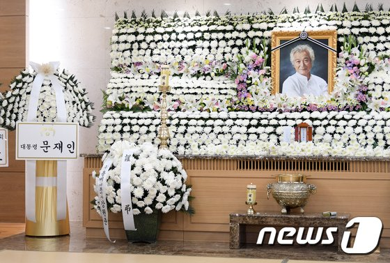 [사진]배우 고 신성일 빈소에 놓인 문재인 대통령 조화